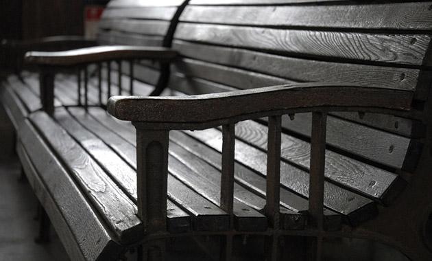 寂しい雰囲気のベンチ